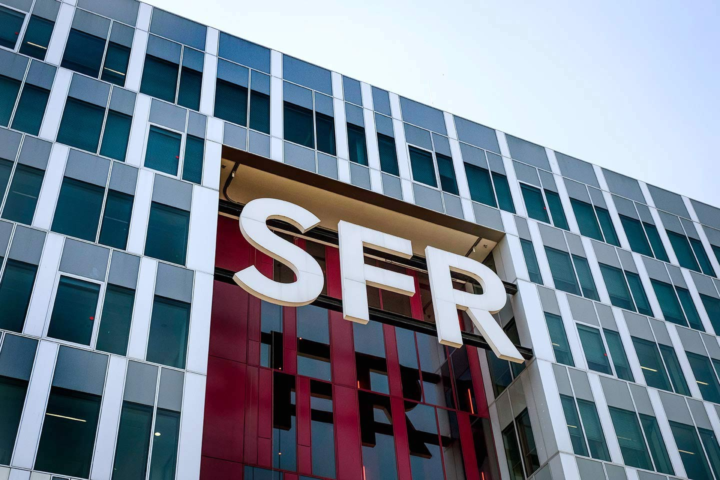 SFR, le grand hara-kiri social : l'émission en replay