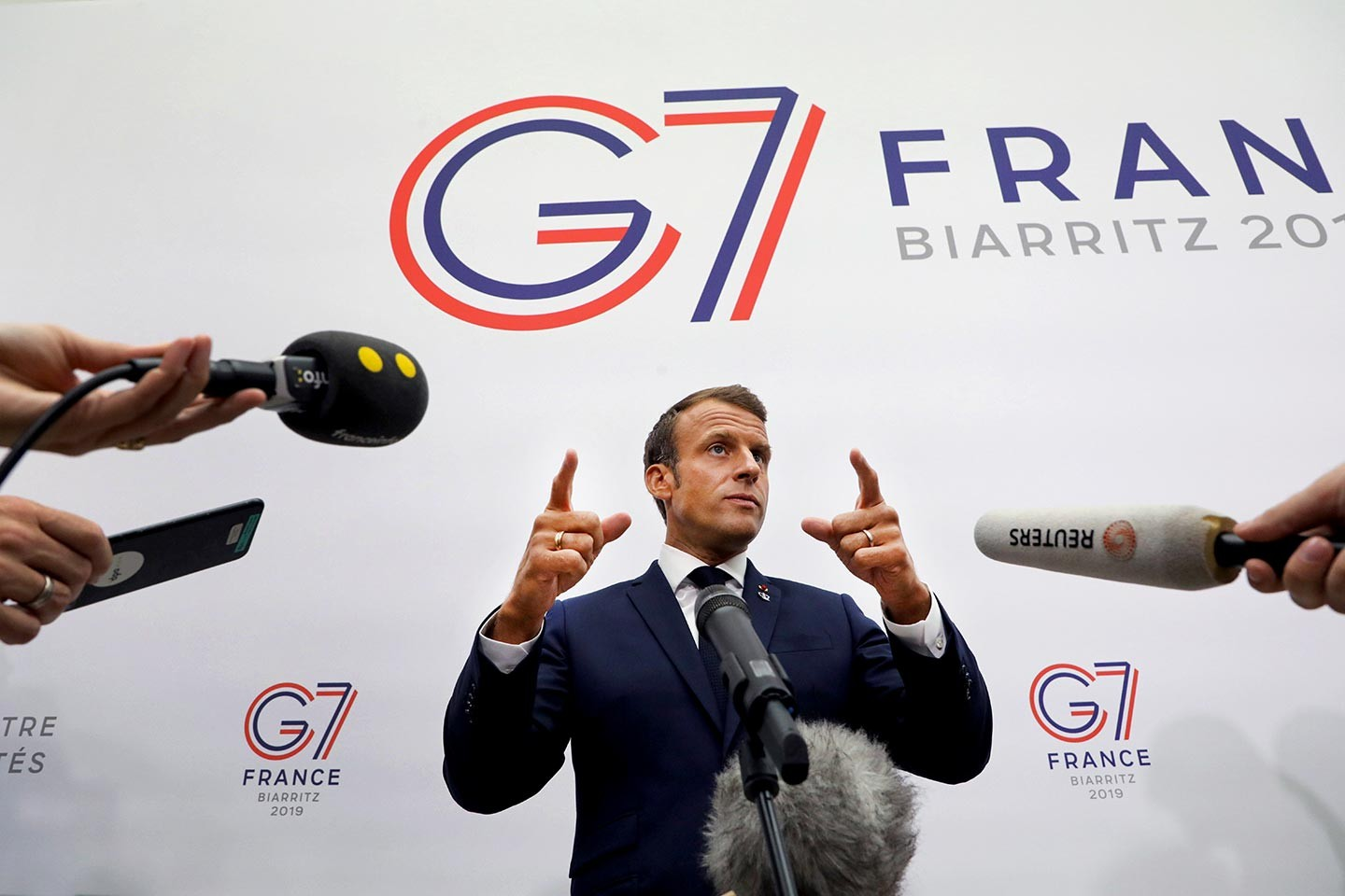 Au G7, Macron colle aux basques