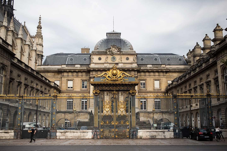 La galerie des neuf juges for Code de robe de mariage de palais de justice